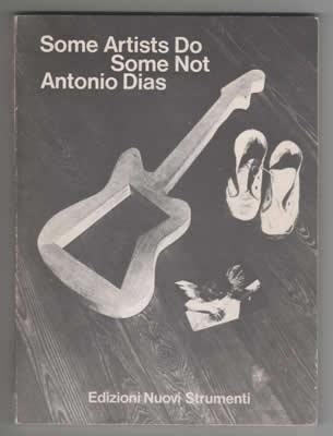 Capa do raro livro de Antonio Dias, editado na Itália, em 1974, quando ele vivia em Milão. O artista explora as potencialidades escultóricas da guitarra, em ensaios fotográficos com uma figura vestida de Jimi Hendrix e outros experimentos. | Autor: Antonio Dias