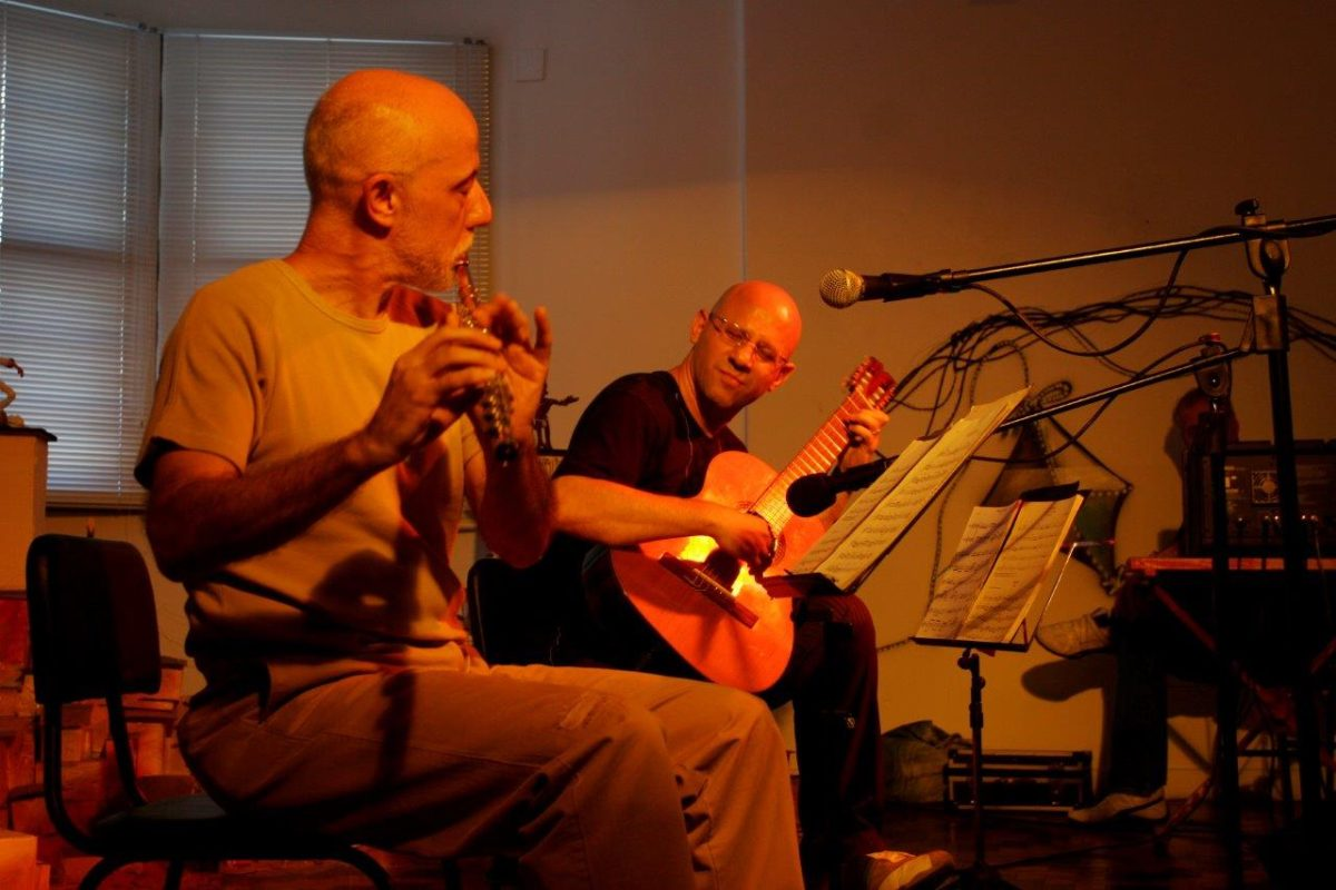 O violonista Felipe Azevedo com o flautista Ayres Potthoff – Show De Ébano e Metal | Foto: Tania Meinerz