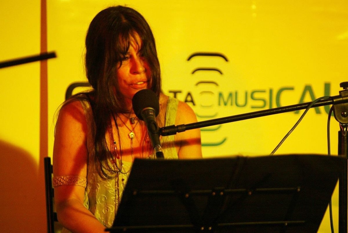 SIL no show À Revelis – Piano e voz | Foto: Rene Cabrales