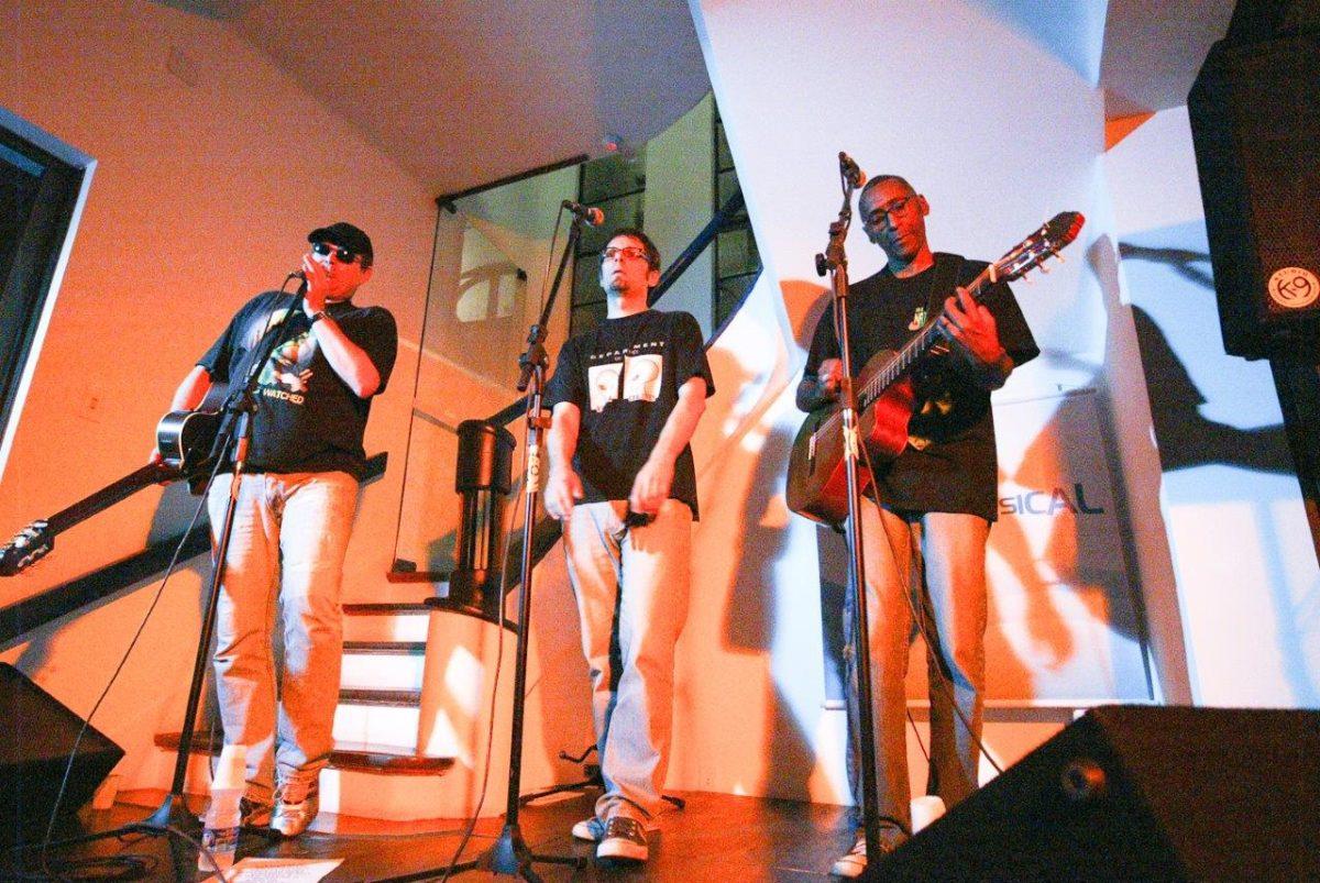 Os poETs apresentaram uma divertida mistura de música e poesia | Foto: Rene Cabrales