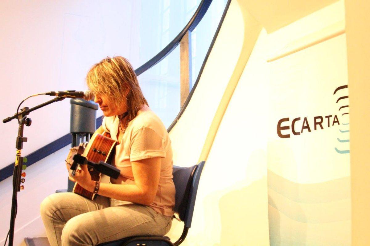 Gisa Pithan voz e violão | Foto:Igor Sperotto
