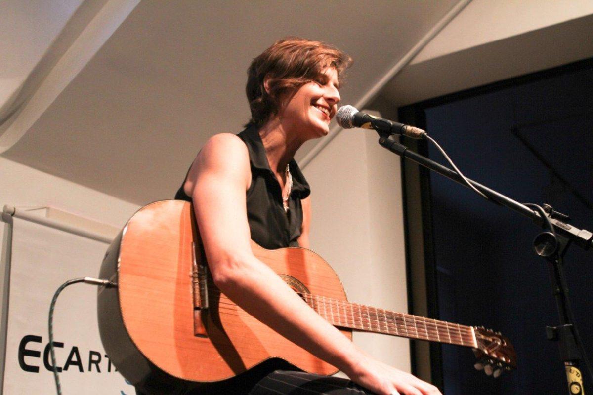 Monica Tomasi – Voz e violão | Foto: Rene Cabrales
