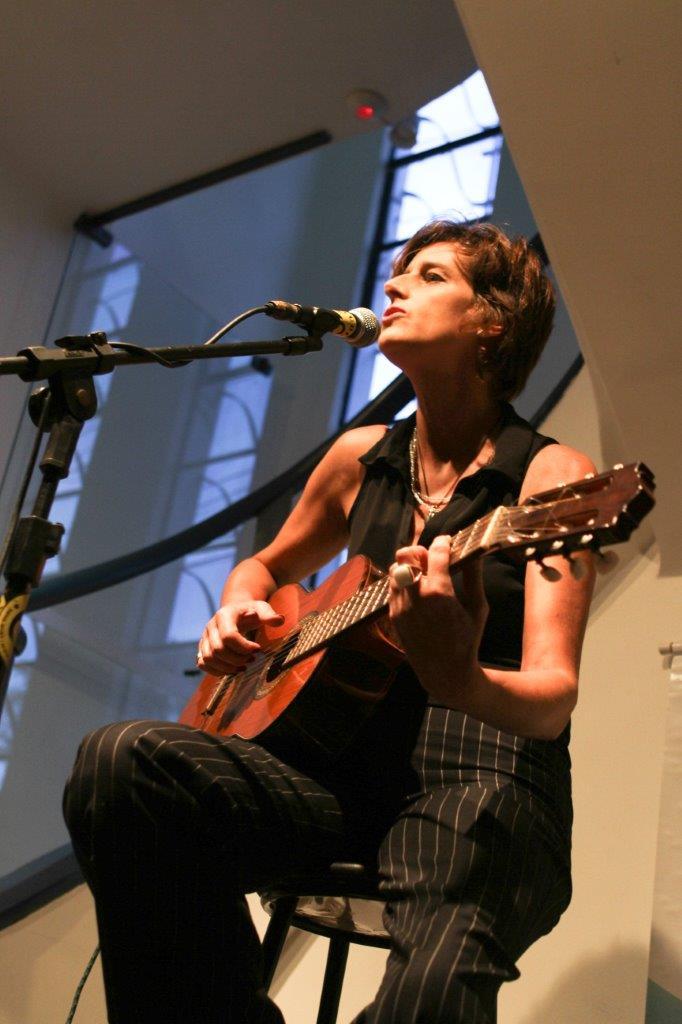 Monica Tomasi – Voz e violão | Fotos: Rene Cabrales