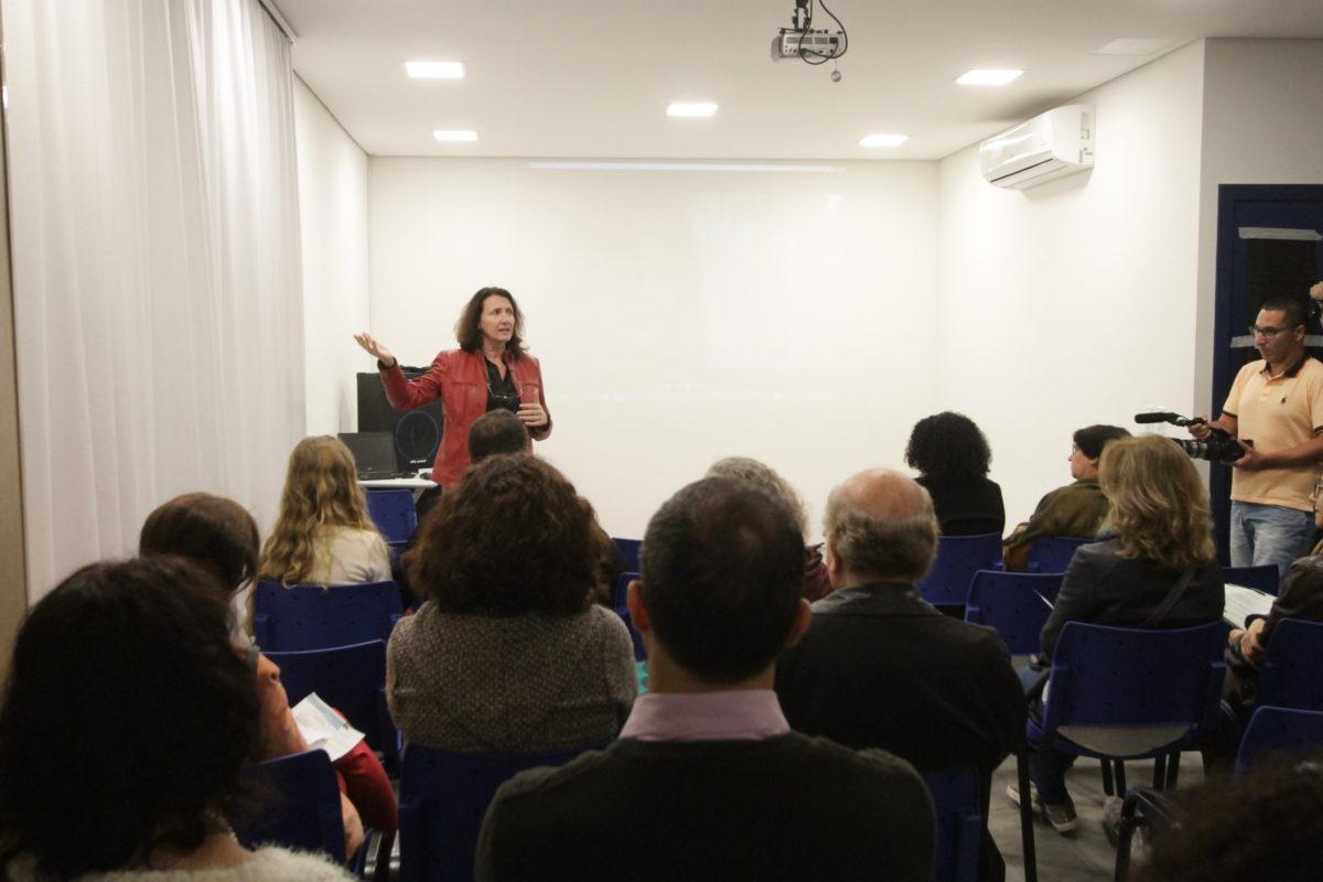 Diretora Mara Salla no lançamento do curta Do que te lembras, Maria? | Foto: Igor Sperotto