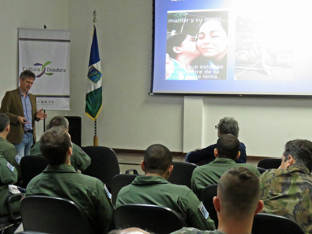 Cultura Doadora na Base Aérea de Canoas – O médico Spencer Camargo apresentou todo o processo que envolve desde a doação até o transplante  | Foto: Valéria Ochôa