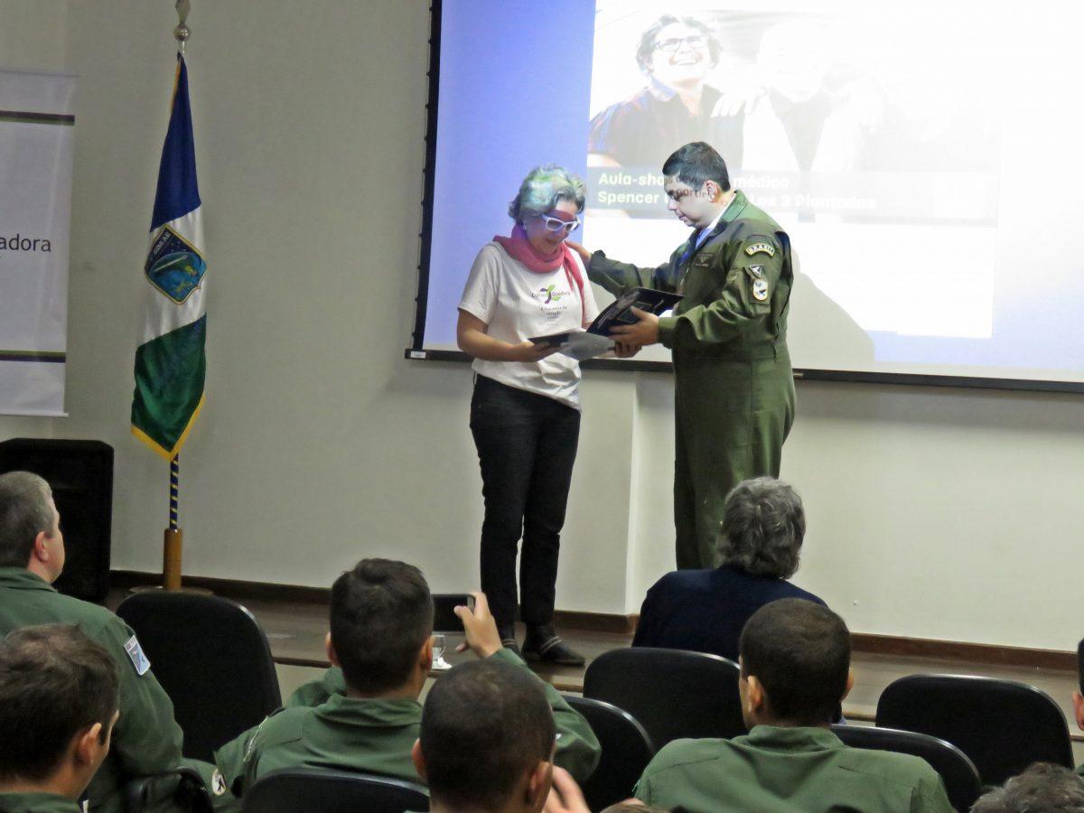 Cultura Doadora na Base Aérea de Canoas – A produtora do projeto apresentou as atividades desenvolvidas com o objetivo de sensibilizar para a doação | Foto: Valéria Ochôa