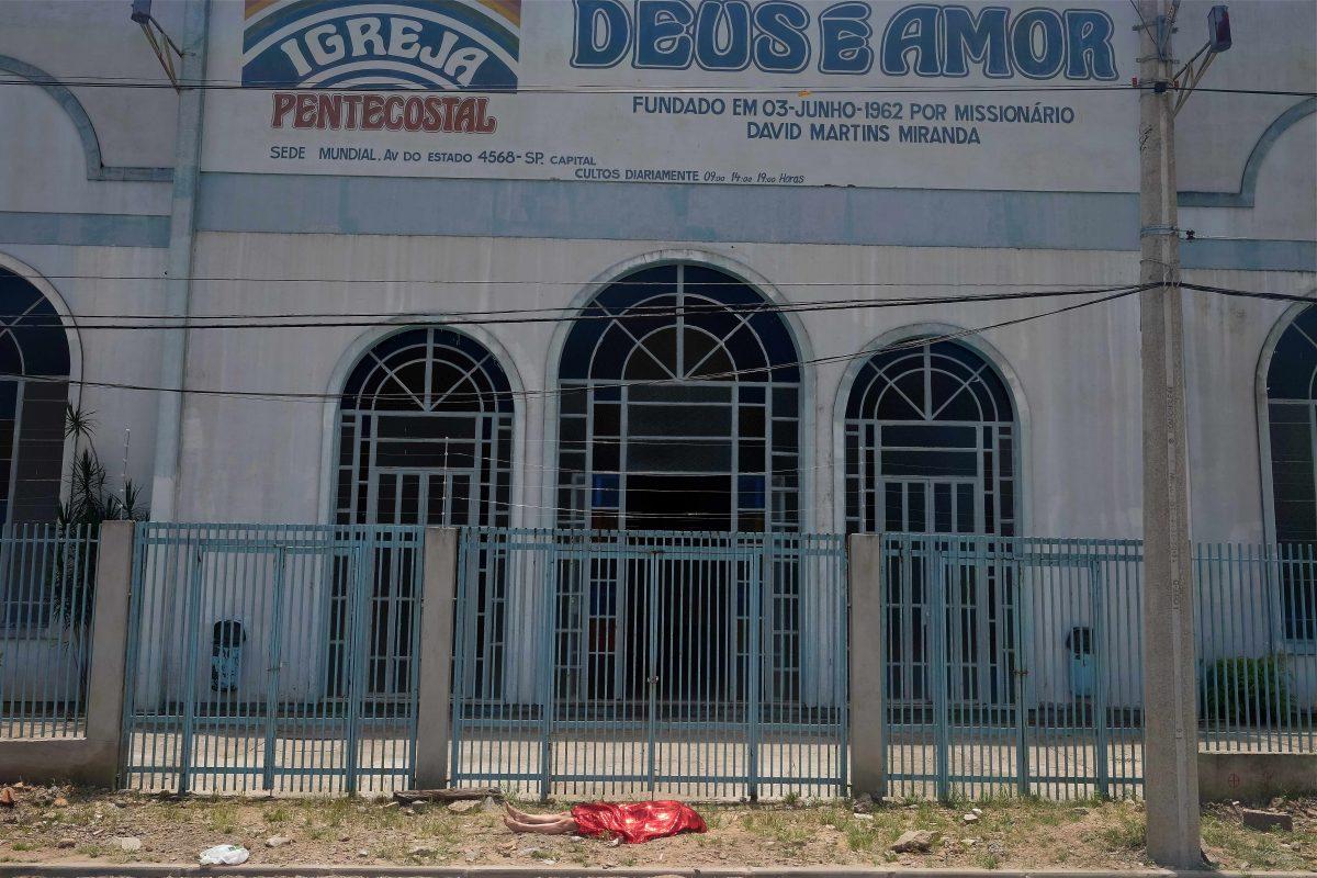 Morta sim, feia nunca! — death yeah, ugly never! | Fotografia, série 4 fotos | Performance realizada em Porto Alegre, na residência artística Jogos de aproximação, Galeria Península, 2015 | Foto: Denis Rodriguez